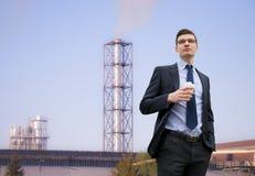 Hombre de negocios joven hermoso en el fondo del edificio industrial Fotos de archivo