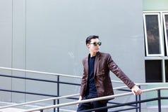 Hombre de negocios joven hermoso encantador del retrato El hombre atractivo es fotografía de archivo