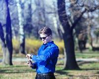 Hombre de negocios joven hermoso que mira en el reloj de los hes Imagen de archivo libre de regalías