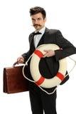 Hombre de negocios joven Holding Suitcase y anillo de vida Foto de archivo
