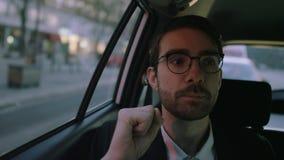 Hombre de negocios joven Looking Around en el coche metrajes