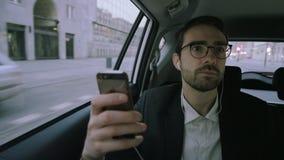 Hombre de negocios joven Looking Around During una llamada de teléfono almacen de metraje de vídeo