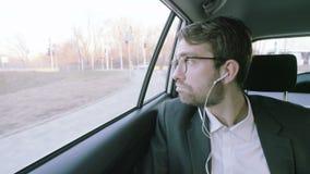 Hombre de negocios joven Looking Around y sonrisa metrajes