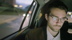 Hombre de negocios joven Looking Twice Through una ventana almacen de metraje de vídeo