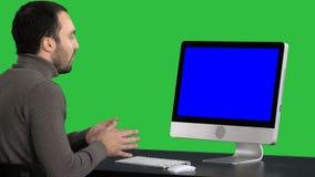 Hombre de negocios joven Making Video Call en su ordenador en una pantalla verde, llave de la croma Exhibición de la maqueta de B almacen de metraje de vídeo