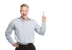 Empresario emocionado que señala el dedo en el espacio para el texto. Fotografía de archivo