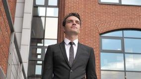 Hombre de negocios joven pensativo Walking para encontrarse metrajes