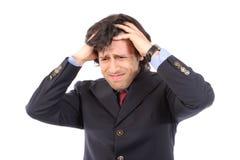 Hombre de negocios joven preocupante que tira del pelo Imagen de archivo