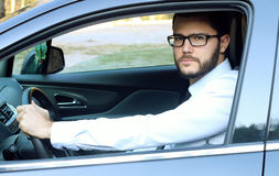 Hombre de negocios joven que conduce un coche Fotografía de archivo libre de regalías