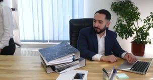 Hombre de negocios joven que consigue la reprimenda de su jefe femenino en la oficina, 4K almacen de metraje de vídeo