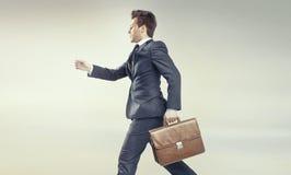 Hombre de negocios joven que corre en su carrera imagen de archivo
