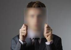 Hombre de negocios joven que cubre su cara Foto de archivo