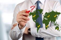 Hombre de negocios joven que dibuja una pregunta roja ¿Adónde ir? Imagenes de archivo