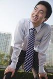 Hombre de negocios joven que dobla adelante, exterior en el distrito financiero, Pekín Imagenes de archivo