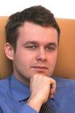Hombre de negocios joven que escucha pensativo Foto de archivo