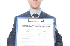 Hombre de negocios joven que firma un contrato Imagenes de archivo