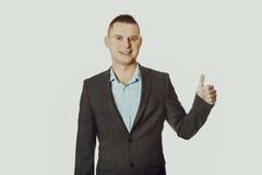 Hombre de negocios joven que gesticula la muestra aceptable Foto de archivo