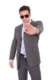 Hombre de negocios joven que gesticula la muestra de la parada imagenes de archivo