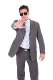 Hombre de negocios joven que gesticula la muestra de la parada fotos de archivo libres de regalías