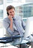 Hombre de negocios joven que habla en el teléfono Imagen de archivo libre de regalías