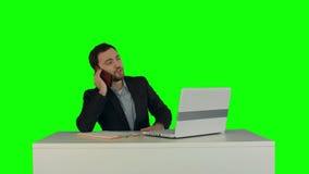 Hombre de negocios joven que habla en el teléfono en oficina almacen de video