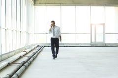 Hombre de negocios joven que habla en el tel?fono fotografía de archivo libre de regalías