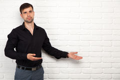 Hombre de negocios joven que hace una presentación Fotos de archivo libres de regalías