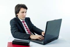Hombre de negocios joven que hojea el Internet Fotos de archivo libres de regalías