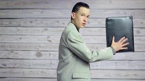 Hombre de negocios joven que juega en la cartera como guitarra almacen de video