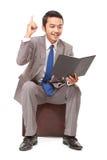 Hombre de negocios joven que lee un libro y conseguido la idea Fotografía de archivo