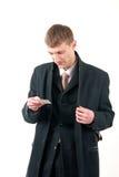 Hombre de negocios joven que lee una tarjeta imagen de archivo