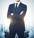Hombre de negocios joven que lleva el traje y soportes modernos en sala de reunión vacía fotos de archivo