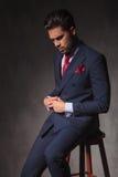 Hombre de negocios joven que mira abajo Fotografía de archivo