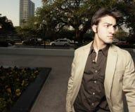 Hombre de negocios joven que mira lejos Imagen de archivo