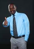 Hombre de negocios joven que muestra el pulgar para arriba Fotografía de archivo libre de regalías