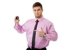 Hombre de negocios joven que muestra la bola de billar Fotos de archivo libres de regalías