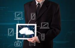 Hombre de negocios que muestra la computación dibujada mano de la nube Foto de archivo