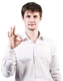 Hombre de negocios joven que muestra la muestra aceptable Imagen de archivo libre de regalías