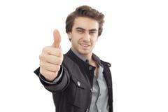 Hombre de negocios joven que muestra la muestra ACEPTABLE con su pulgar para arriba Foto de archivo libre de regalías