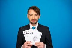 Hombre de negocios joven que muestra naipes Imagen de archivo libre de regalías