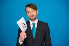 Hombre de negocios joven que muestra naipes Foto de archivo libre de regalías