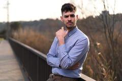 Hombre de negocios joven que piensa en proyectos imagen de archivo libre de regalías