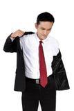 Hombre de negocios joven que pone en el traje, aislado en blanco Foto de archivo
