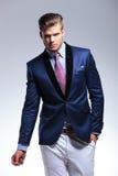 Hombre de negocios joven que presenta con la mano en bolsillo Imagen de archivo