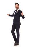 Hombre de negocios joven que presenta y que hace la muestra aceptable de la mano fotos de archivo