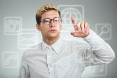 Hombre de negocios joven que presiona el botón del uso en el ordenador con t Imagen de archivo libre de regalías