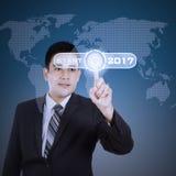 Hombre de negocios joven que presiona la tecla de partida virtual Foto de archivo libre de regalías
