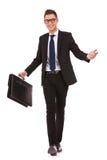Hombre de negocios joven que recorre y que da la bienvenida Fotos de archivo libres de regalías