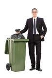 Hombre de negocios joven que saca la basura Imagen de archivo