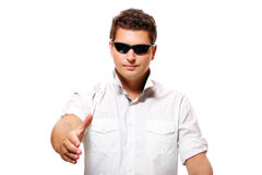 Hombre de negocios joven que sacude las manos Fotografía de archivo